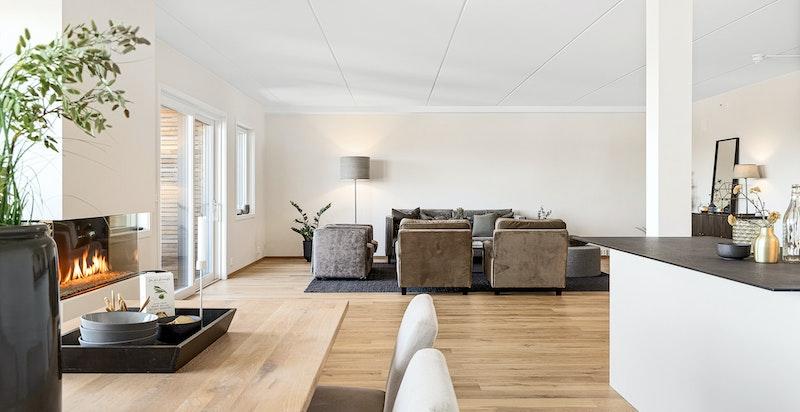 I stuen er det installert en tiltalende og stor gasspeis for ekstra hygge og varme.