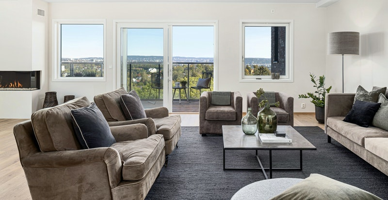 Stuen er lys og meget romslig med god plass til ulike møbleringssoner.