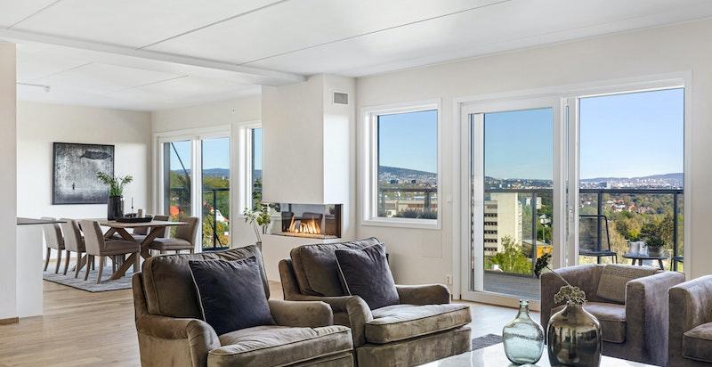 Store vindusflater slipper inn mye lys og skaper sammen med den gode takhøyden en flott atmosfære og romfølelse.