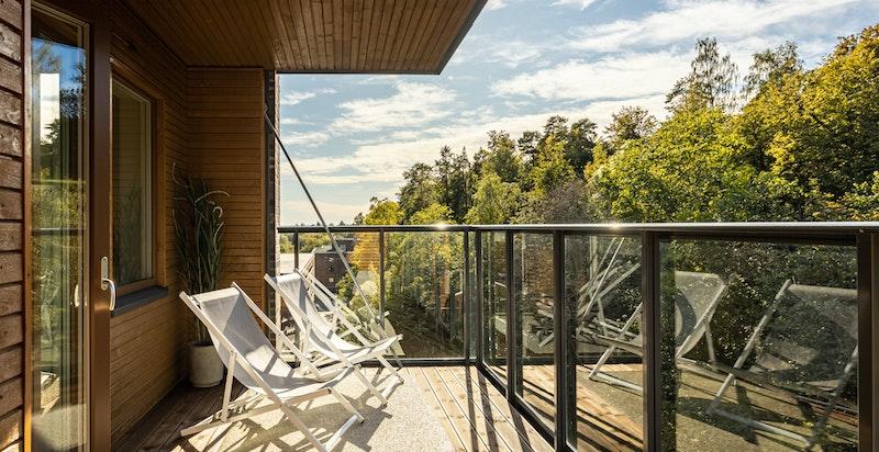 Sydvestvendt balkong på ca. 11 kvm med utgang fra to av soverommene.