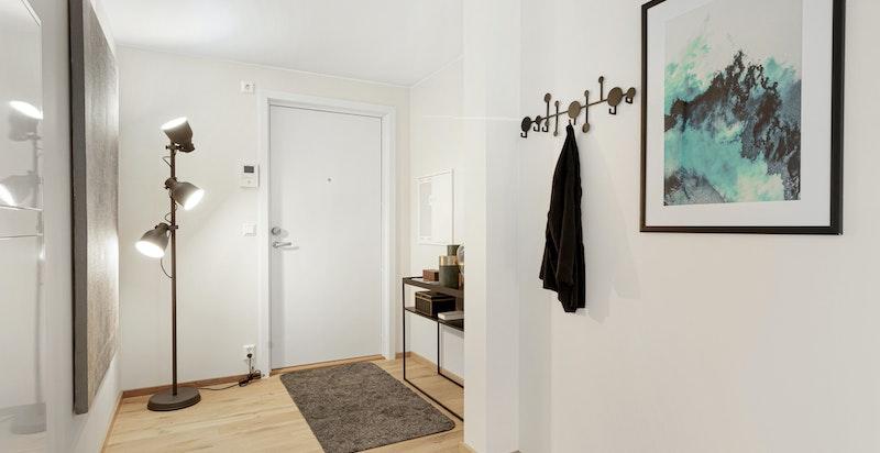 Innbydende og romslig entré/hall. Flott 1-stavs eikeparkett på gulv.