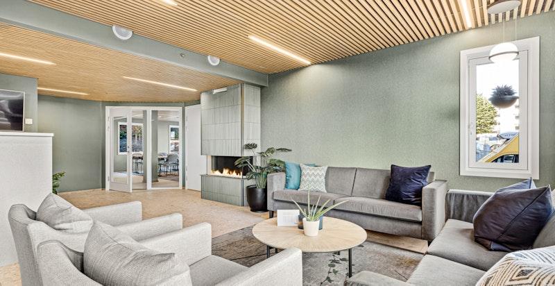 Felles Comfortsenter bestående av lounge med gasspeis, møterom og spisestue med kjøkken, alt stilfult møblert og fult utstyrt.
