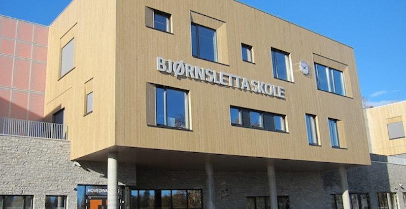 I nærområdet til Ullern Hage finnes flere barnehager, Bjørnsletta skole og Ullern videregående skole.