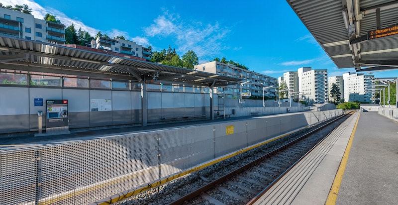 Nærområdet har gode muligheter for offentlig kommunikasjon via T-bane og buss.