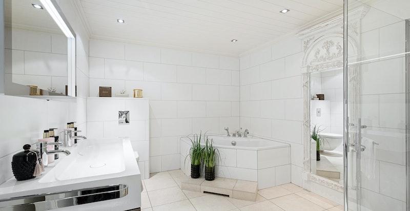 Hovedbad med dusj, vegghengt wc og boblebadekar