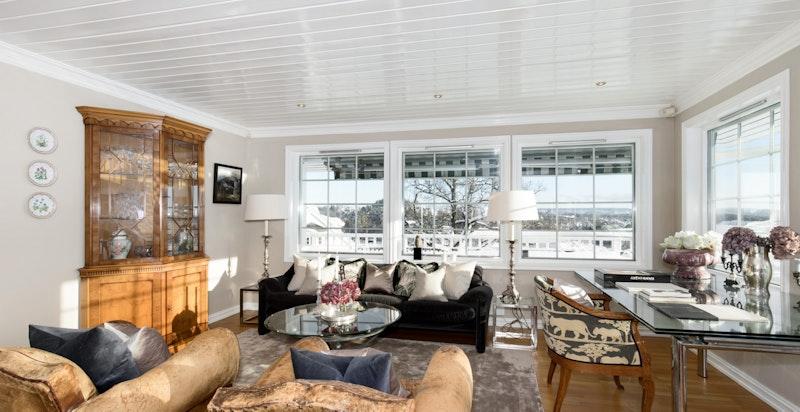 Stue med peis og utgang terrasse