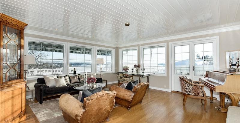 Flott stue med nydeig utsikt
