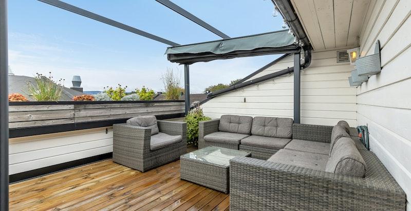 Felles takterrasse med med gode sol- og utsiktsforhold. Hyggelig sittegruppe.