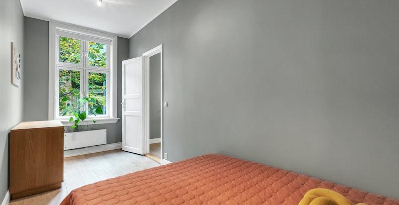 Leilighetens 2.soverom har plass til dobbeltseng og garderobeksap og fremstår som moderne.