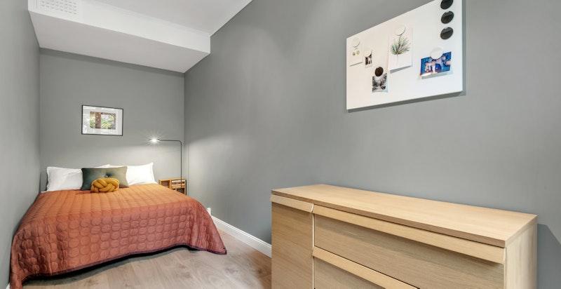 Leilighetens 2.soverom med plass til dobbeltseng og garderobeksap.