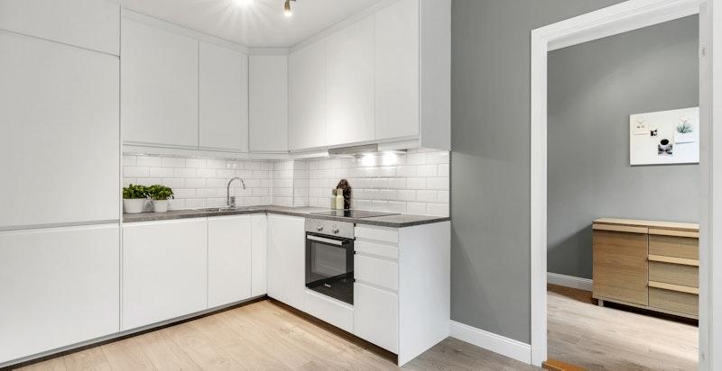Moderne og pent kjøkken fra 2017. Rikelig med skap og benkeplass. TG1 fra takstmann.