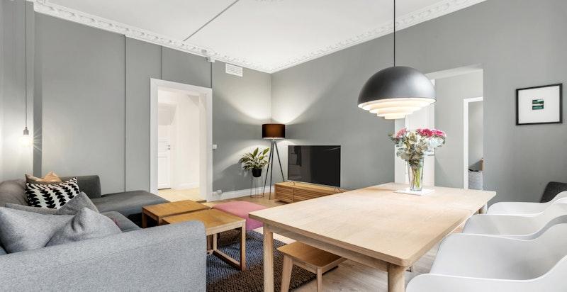 Stuen er romslig og har god plass til sofa-og spisegruppe. Flotte og klassiske detaljer som roset og stukkatur.