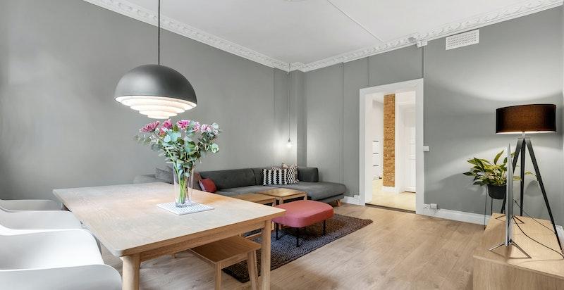 Stuen fremstår som luftig med god takhøyde på ca.3 meter.
