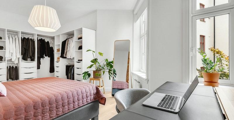 På soverommet er det også plass til egen kontorpult for hjemmekontor.
