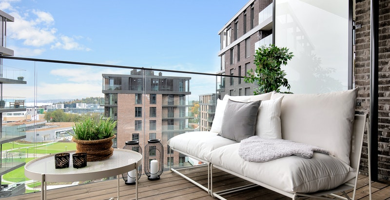 Utgang til stor og luftig balkong fra stuen