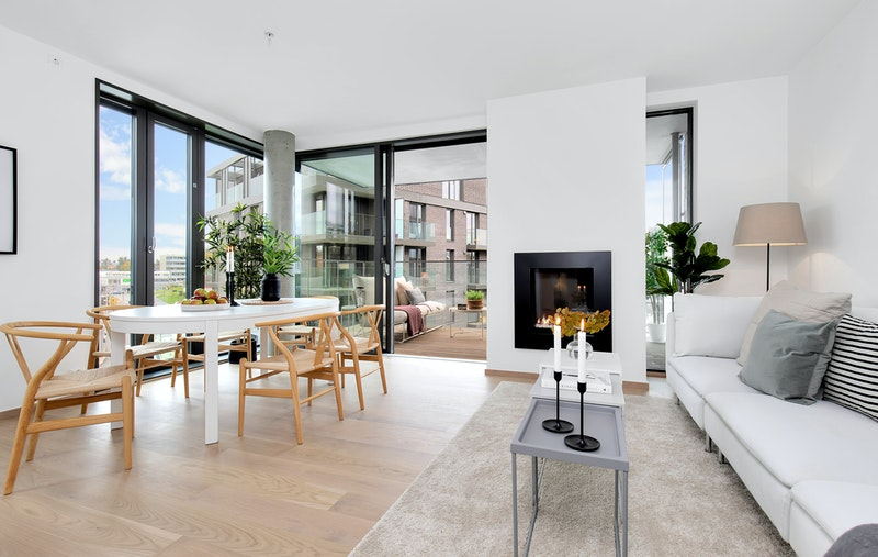 Stor stue med plass til både spisebord og sofagruppe