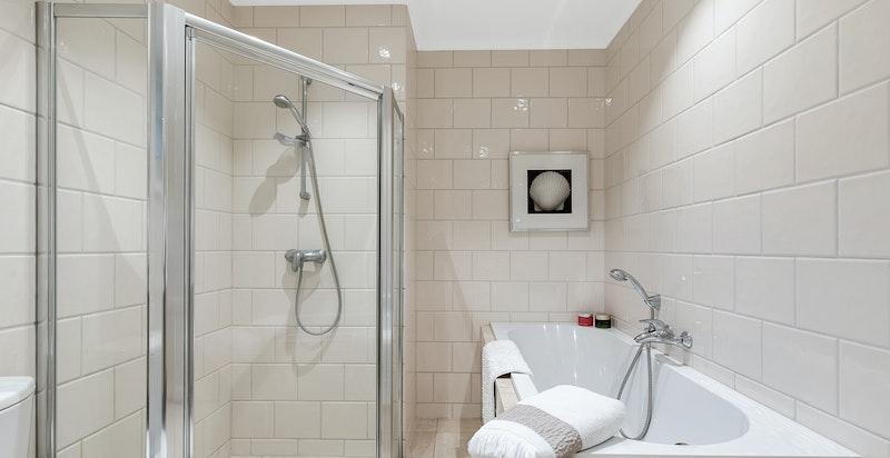 Begge baderommene har tilnærmet samme høye standard.