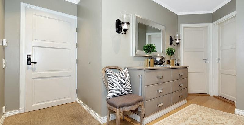 I entreen er det god plass til oppbevaring av yttertøy og plassering av sko.