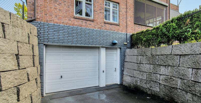 Boligen disponerer 2 garasjeplasser i kjeller, det er også mulighet for å lade elbil.
