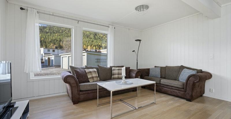Stuen med sine store vindusarealer gir et åpent og lyst romt.