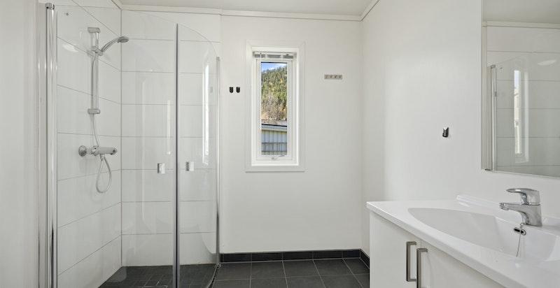 Boligens bad er fra byggeår med varmekabler i gulv.