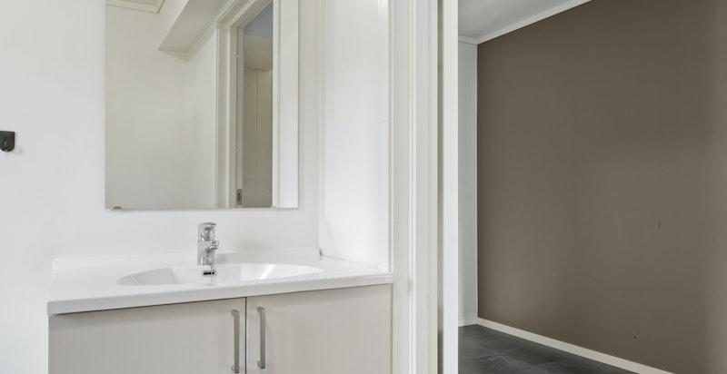med glatte fronter, speil og lys. Våtrom er vurdert etter TEK10
