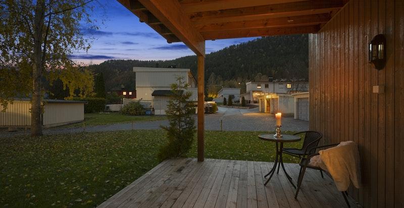 Fra stue er det utgang til en flott, delvis overbygget terrasse på ca. 15 kvm med noe hageflekk.
