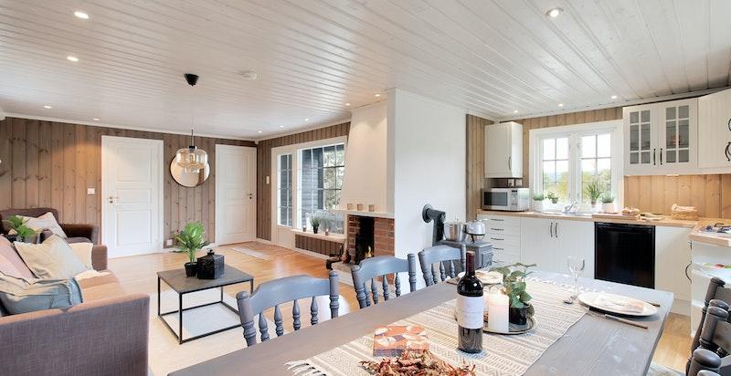 God plass i stue med åpen kjøkkenløsning