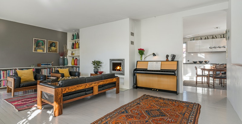 Opprinnelig tregulv og listfrie flater skaper god blanding mellom moderne og opprinnelig stil.