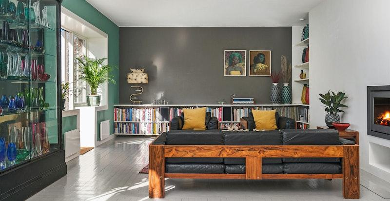 Stue med rene linjer, gode takhøyde og plass til frittstående sittegruppe