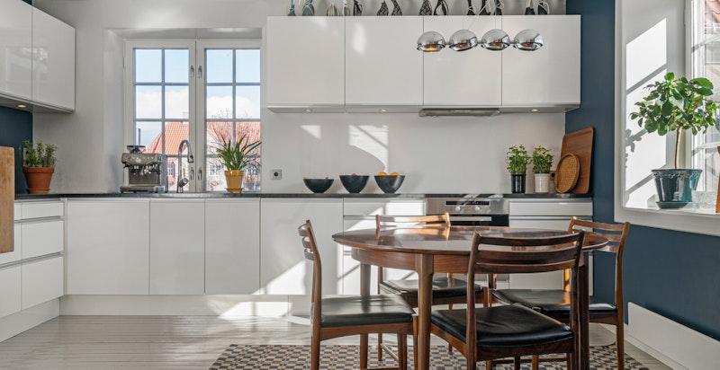 Kjøkken med mye lys og god spiseplass