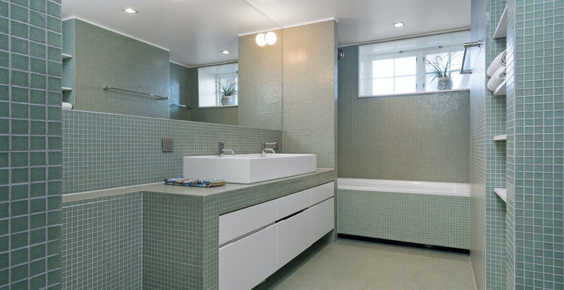 Lekkert bad i underetasjen med plassbygd innredning.
