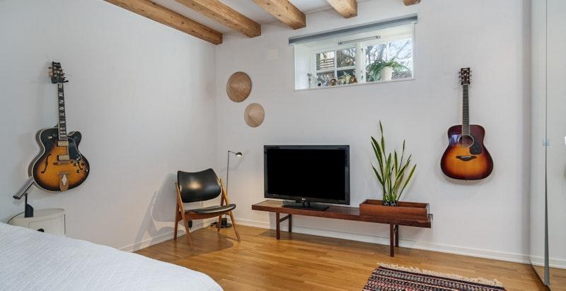 Soverom 2 fungerer også som TV-stue. Kan gjøres om til «master bedroom».