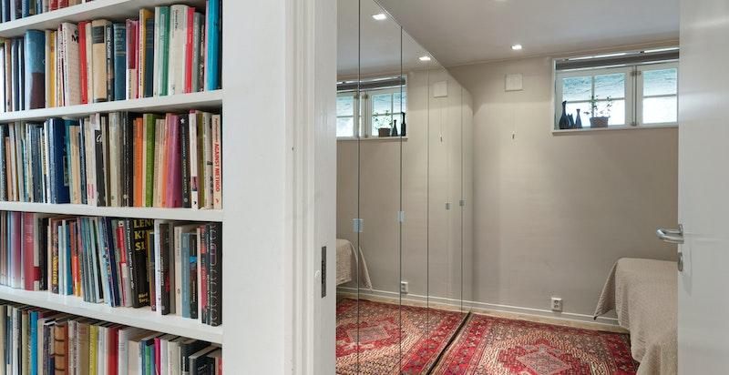Soverom 3 med plass til garderobeskap og bred dobbeltseng. Kan gjøres om til barnerom.