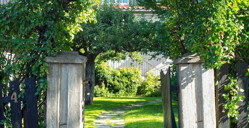 Innbydende hageinngang fra Tiurveien