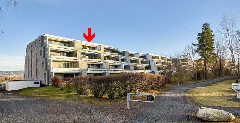 Boligen har en flott beliggenhet øverst i bygget på den solrike vestsiden av boligblokken