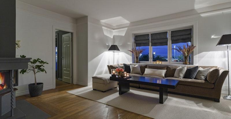Stor stue med peis og god plass til møblement