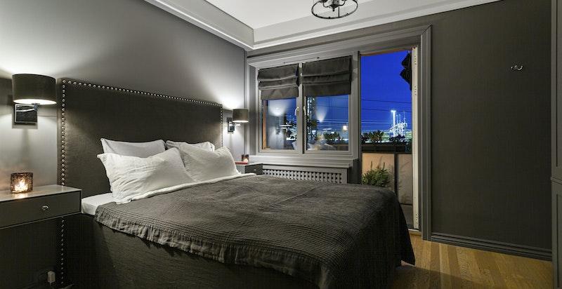 Hyggelig og lunt soverom med utgang til sørvendt balkong