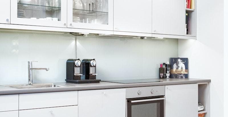 Del 1: Pent kjøkken hvor det er godt med skap- og benkeplass.