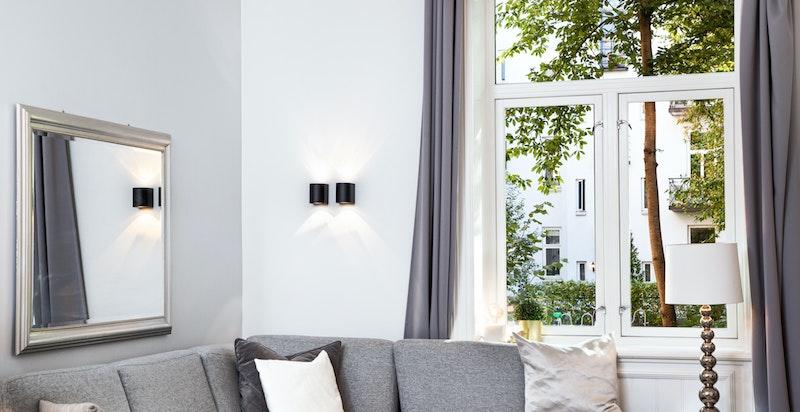 Del 1: Generøs takhøyde og store vindusflater skaper en herlig atmosfære i leiligheten.