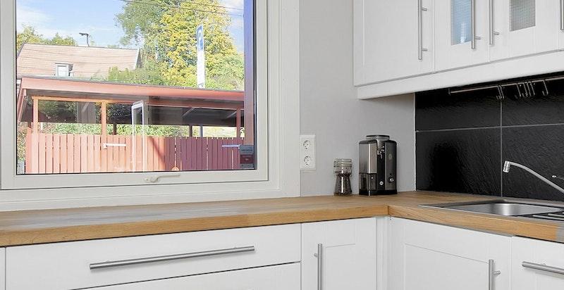 Integrerte hvitevarer som kjøl/frys, oppvaskamskin og ny AEG komfyr og induksjonstopp