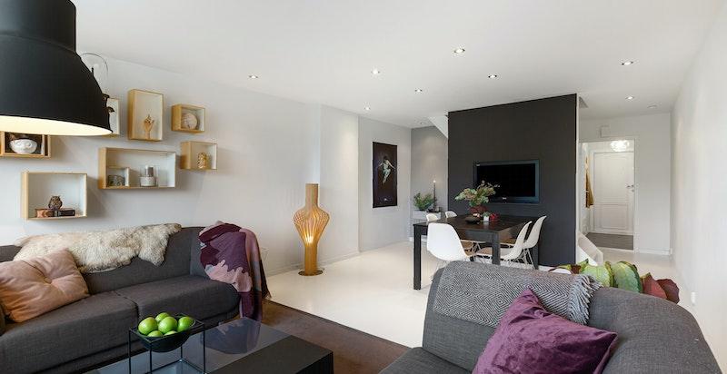 God plass til sofagruppe og spisebord i stuen