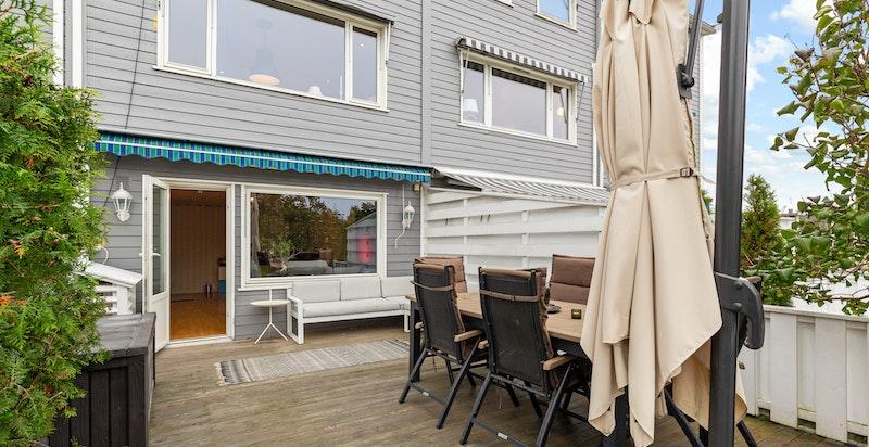 Vestvent, usjenert terrasse med sen kveldssol