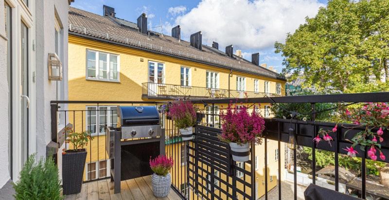 Romslig og nyere balkong.