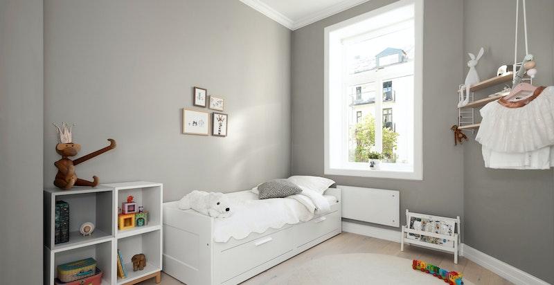 Soverom 2/Barnerom/Kontor. God plass til dobbeltseng og garderobeløsninger.