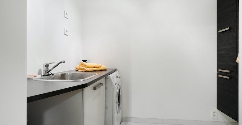 Underetasje: Vaskerom med Miele vaskemaskin og HTH innredning