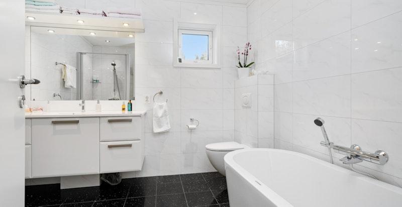1. etasje - Hovedbad med badekar og innredninger fra HTH