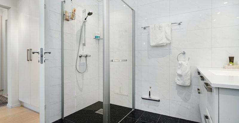 1. etasje - Hovedbad med romslig og elegant dusj