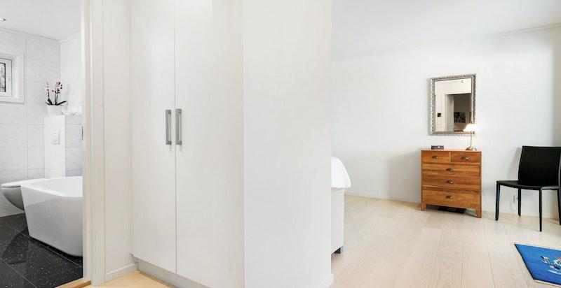 - 1. etasje - Hovedsoverom med HTH garderobe og eget separat bad