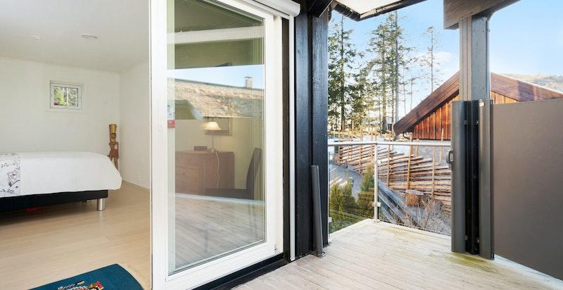 Hovedsoverom med utgang til egen terrasse med mulighet for avskjerming mot nabo